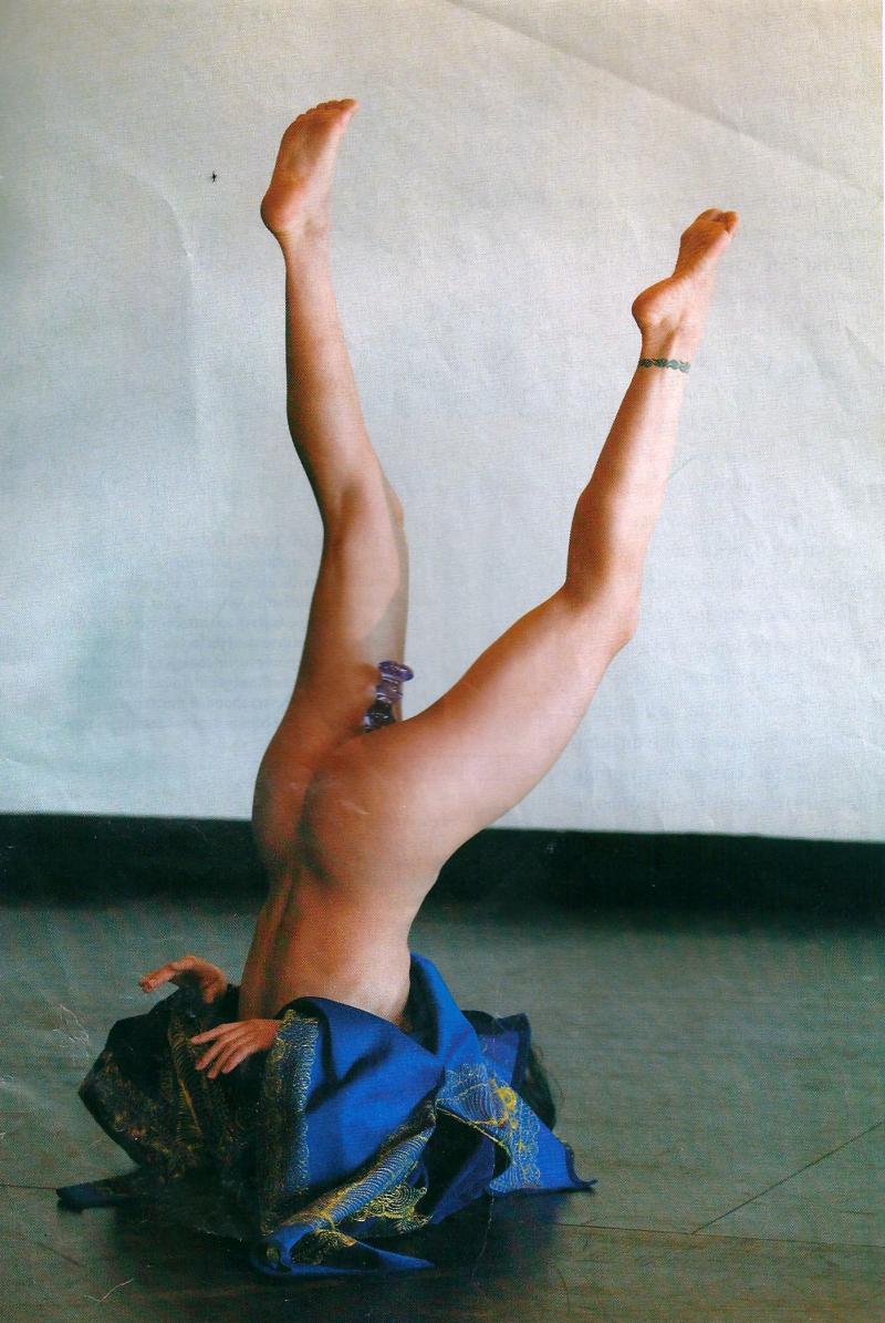 22q. Sans détour. %22 La danse m'ennuie dès que je vois les efforts qu'elle met en oeuvre pour cacher le discours.%22 dit la chorégraphe. Le Monde  22 novembre 2008.pg